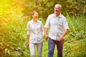 Paar Senioren macht Spaziergang im Sommer